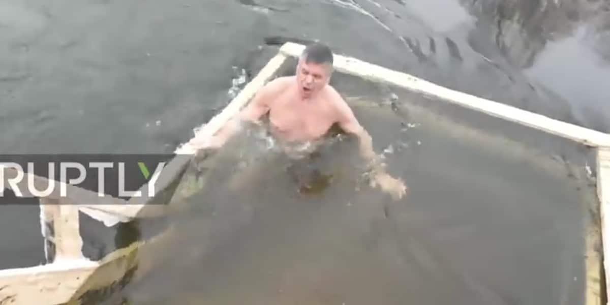 A moszkvai amerikai nagykövet is megmártózott a jeges vízben ortodox vízkeresztkor (+videó)
