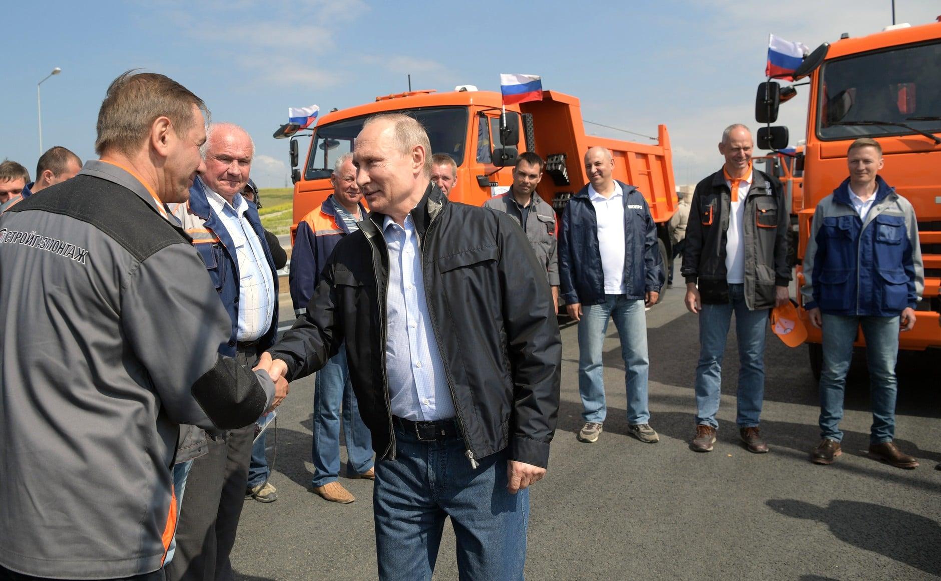 Putyin Kamazzal avatta fel a Krími-híd közúti részét