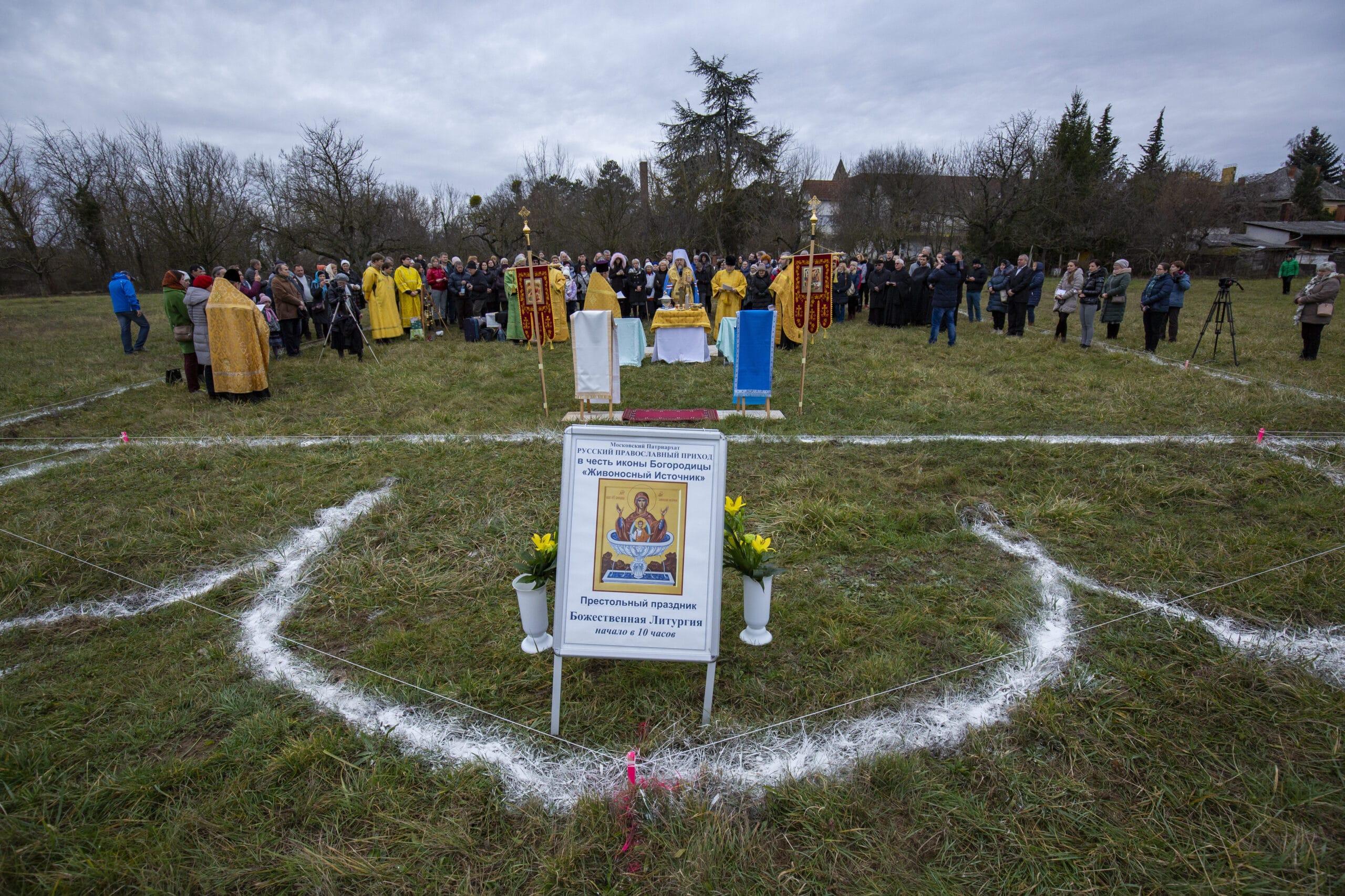 Egy év alatt épül fel a hagymakupolás ortodox templom Hévízen (képek az alapkőletételről)